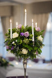 τα κεριά κεντροθετούν τον πίνακα κομματιού λουλουδιών στοκ φωτογραφίες