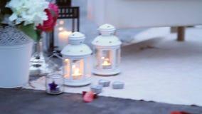 Τα κεριά, λουλούδια, αυξήθηκαν πέταλα, καναπές με ένα μαξιλάρι υπό μορφή καρδιάς για μια ρομαντική ημερομηνία στη λίμνη απόθεμα βίντεο