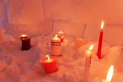 Τα κεριά φωτίζουν το σπίτι χιονιού παγοκαλυβών από μέσα στοκ φωτογραφία με δικαίωμα ελεύθερης χρήσης