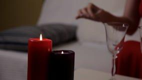 Τα κεριά φω'των κοριτσιών που προετοιμάζονται για ένα ρομαντικό βράδυ απόθεμα βίντεο