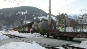 Τα κεφάλια φορτηγών τρένων μέσω Zell AM βλέπουν απόθεμα βίντεο