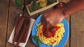 Τα κεφτή στη σάλτσα ντοματών με τα ζυμαρικά σχεδιάζουν απόθεμα βίντεο