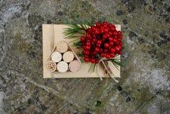 Τα κιβώτια δώρων Χριστουγέννων παρουσιάζουν τη σκηνή με το δέντρο πεύκων, τα ελάφια και τις διακοσμήσεις Χριστουγέννων Στοκ εικόνα με δικαίωμα ελεύθερης χρήσης