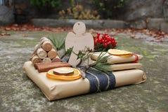 Τα κιβώτια δώρων Χριστουγέννων παρουσιάζουν τη σκηνή με το δέντρο πεύκων, τα ελάφια και τις διακοσμήσεις Χριστουγέννων Στοκ φωτογραφία με δικαίωμα ελεύθερης χρήσης