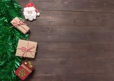 Τα κιβώτια και Άγιος Βασίλης δώρων είναι στο ξύλινο υπόβαθρο με emp Στοκ φωτογραφία με δικαίωμα ελεύθερης χρήσης