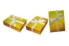 Τα κιβώτια δώρων καθορισμένα το περικάλυμμα και την κορδέλλα με το χρυσό φύλλο αλουμινίου πολύχρωμο λαμπρό W Στοκ Εικόνα