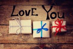 Τα κιβώτια δώρων και σας αγαπούν λέξεις Στοκ φωτογραφία με δικαίωμα ελεύθερης χρήσης