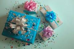 Τα κιβώτια δώρων σε ένα μπλε εορταστικό υπόβαθρο Στοκ φωτογραφίες με δικαίωμα ελεύθερης χρήσης