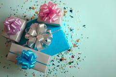 Τα κιβώτια δώρων σε ένα μπλε εορταστικό υπόβαθρο Στοκ εικόνες με δικαίωμα ελεύθερης χρήσης