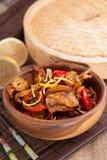 Τα κινέζικα ανακατώνουν τα τηγανητά με τα καλαμάρια και το καυτό πιπέρι Στοκ Εικόνες