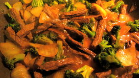 Τα κινέζικα ανακατώνουν το βόειο κρέας και Broccoii τηγανητών απόθεμα βίντεο