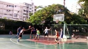Τα κινεζικά άτομα παίζουν την καλαθοσφαίριση που ασκεί απόθεμα βίντεο