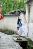 Τα κινεζικά κορίτσια φορούν τα ενδύματα σπουδαστών στη Δημοκρατία της Κίνας Στοκ Εικόνες