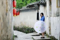Τα κινεζικά κορίτσια φορούν τα ενδύματα σπουδαστών στη Δημοκρατία της Κίνας Στοκ Φωτογραφίες