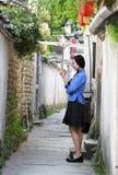Τα κινεζικά κορίτσια φορούν τα ενδύματα σπουδαστών στη Δημοκρατία της Κίνας Στοκ φωτογραφία με δικαίωμα ελεύθερης χρήσης