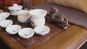 Τα κινεζικά κύπελλα και τα πιατάκια τσαγιού τελετής καλύπτονται φιλμ μικρού μήκους