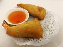 Τα κινεζικά τρόφιμα στην πόλη της Κίνας, τριζάτος τσιγαρισμένος γαρίδες ρόλος άνοιξη εξυπηρετούν με τη γλυκιά ψύχρα στο τοπικό re Στοκ Εικόνες