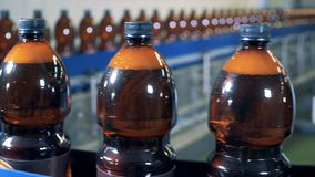 Τα κινούμενα μπουκάλια μεταφορέων ζυθοποιείων, κλείνουν επάνω απόθεμα βίντεο