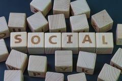 Τα κοινωνικός μέσα ή ο άνθρωπος που η κοινοτική έννοια, κυβίζει τον ξύλινο φραγμό με το αλφάβητο συνδυάζουν τη λέξη κοινωνική στο στοκ φωτογραφίες