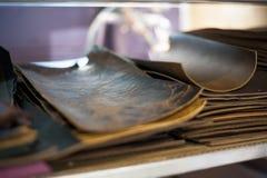 Τα κομμάτια δέρματος περικοπών κάθονται ταξινομημένος και έτοιμος για τη βιβλιοδεσία Στοκ Εικόνες