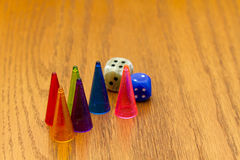 Τα κομμάτια επιτραπέζιων παιχνιδιών και χωρίζουν σε τετράγωνα Στοκ φωτογραφία με δικαίωμα ελεύθερης χρήσης
