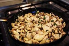 Τα κομμάτια κοτόπουλου στο τηγάνι στοκ εικόνα με δικαίωμα ελεύθερης χρήσης