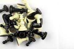 Τα κομμάτια σκακιού βρίσκονται σε ένα άσπρο υπόβαθρο, διάστημα αντιγράφων στοκ φωτογραφία με δικαίωμα ελεύθερης χρήσης