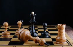 Τα κομμάτια σκακιού τοποθετούνται στη σκακιέρα Νικημένος λευκός βασιλιάς Στοκ Εικόνες