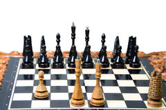 Τα κομμάτια σκακιού τοποθετούνται στη σκακιέρα Στοκ φωτογραφίες με δικαίωμα ελεύθερης χρήσης