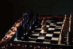 Τα κομμάτια σκακιού τοποθετούνται στη σκακιέρα Στοκ εικόνες με δικαίωμα ελεύθερης χρήσης