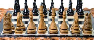 Τα κομμάτια σκακιού τοποθετούνται στη σκακιέρα Στοκ Φωτογραφίες