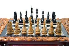 Τα κομμάτια σκακιού τοποθετούνται στη σκακιέρα Στοκ Φωτογραφία