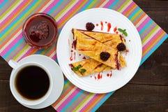 Τα κομμάτια της γλυκιάς πίτας μούρων στο λευκό καλύπτουν και φλυτζάνι του τσαγιού στη φωτεινή πετσέτα Στοκ εικόνα με δικαίωμα ελεύθερης χρήσης