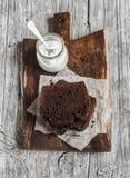 Τα κομμάτια της σοκολάτας συσσωματώνουν και ελληνικό φυσικό γιαούρτι σε έναν ξύλινο τέμνοντα πίνακα Στοκ φωτογραφία με δικαίωμα ελεύθερης χρήσης