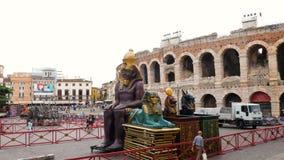 Τα κομμάτια του καθορισμένου σχεδίου της όπερας της Aida μεταφέρονται στο χώρο για μια επίδειξη στοκ εικόνες