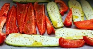 Τα κομμάτια του κόκκινων πιπεριού και των κολοκυθιών κουδουνιών Στοκ Εικόνες