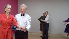 Τα κομψά ηλικιωμένα ζευγάρια χορεύουν Κατηγορία χορού για τους ανώτερους ανθρώπους απόθεμα βίντεο