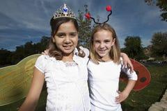Τα κορίτσια έντυσαν ως Ladybug και άγγελος Στοκ Φωτογραφία