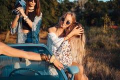 Τα κορίτσια έχουν τη διασκέδαση στην επαρχία Στοκ εικόνα με δικαίωμα ελεύθερης χρήσης