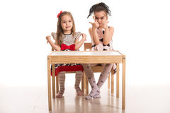 Τα κορίτσια δίνουν τους αντίχειρες πάνω-κάτω Στοκ Εικόνες