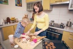 Τα κορίτσια αδελφών μαγειρεύουν το ν η κουζίνα 12 Στοκ Εικόνες