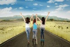 Τα κορίτσια απολαμβάνουν της ελευθερίας στο δρόμο επαρχίας Στοκ Εικόνες
