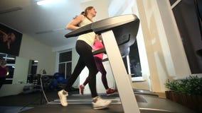 Τα κορίτσια εκπαιδεύουν στη γυμναστική απόθεμα βίντεο