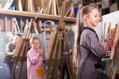 Τα κορίτσια ενισχύουν τη δυνατότητά τους να σύρουν Στοκ φωτογραφία με δικαίωμα ελεύθερης χρήσης