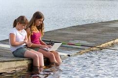 Τα κορίτσια επιλέγουν τα κοινωνικά μέσα αλιεύοντας αντ' αυτού Στοκ εικόνες με δικαίωμα ελεύθερης χρήσης