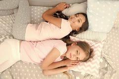 Τα κορίτσια θέλουν ακριβώς να έχουν τη διασκέδαση Προσκαλέστε το φίλο για το sleepover Καλύτεροι φίλοι για πάντα Εξετάστε slumber στοκ φωτογραφία με δικαίωμα ελεύθερης χρήσης