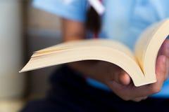 Τα κορίτσια διαβάζουν ένα βιβλίο Στοκ φωτογραφίες με δικαίωμα ελεύθερης χρήσης