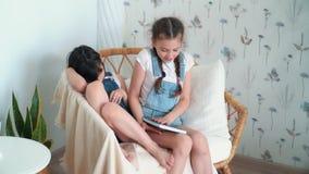 Τα κορίτσια κάθονται στην καρέκλα, ένα από τα κάνει την εργασία, δεύτερες πτώσεις κοιμισμένες, σε αργή κίνηση απόθεμα βίντεο