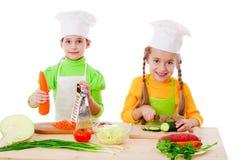 τα κορίτσια κάνουν τη σαλάτα δύο Στοκ εικόνα με δικαίωμα ελεύθερης χρήσης