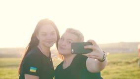 Τα κορίτσια κάνουν selfies την υπαίθρια κινηματογράφηση σε πρώτο πλάνο απόθεμα βίντεο